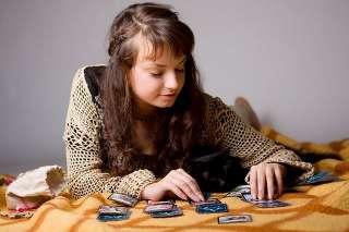 immagine raffigurante una donna con la mani sopra le carte