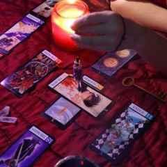 immagine raffigurante una stesura degli arcani maggiori su di un tavolo con a lato una candela accesa