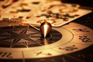 immagine raffigurante un pendolino, delle carte di briscola, e uno zodiaco